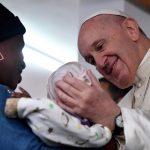 Papa visita hospital que atende pacientes com Aids